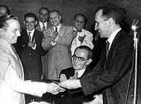 PCB anos 40 - 1945 Filiação de Portinari (esquerda) recebida por Prestes (direita)
