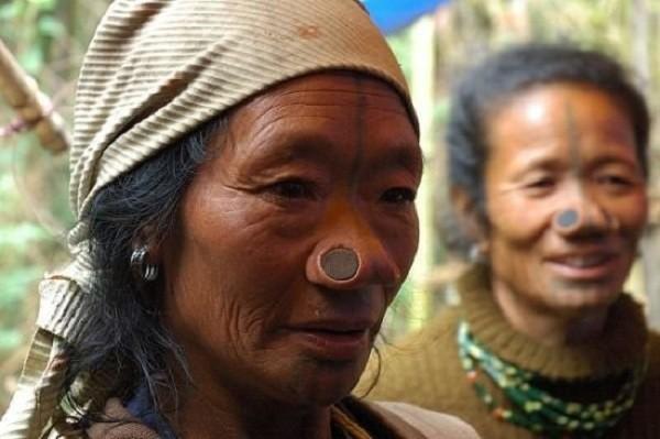 Bộ tộc mũi quỷ và sở thích làm đẹp khác người 1