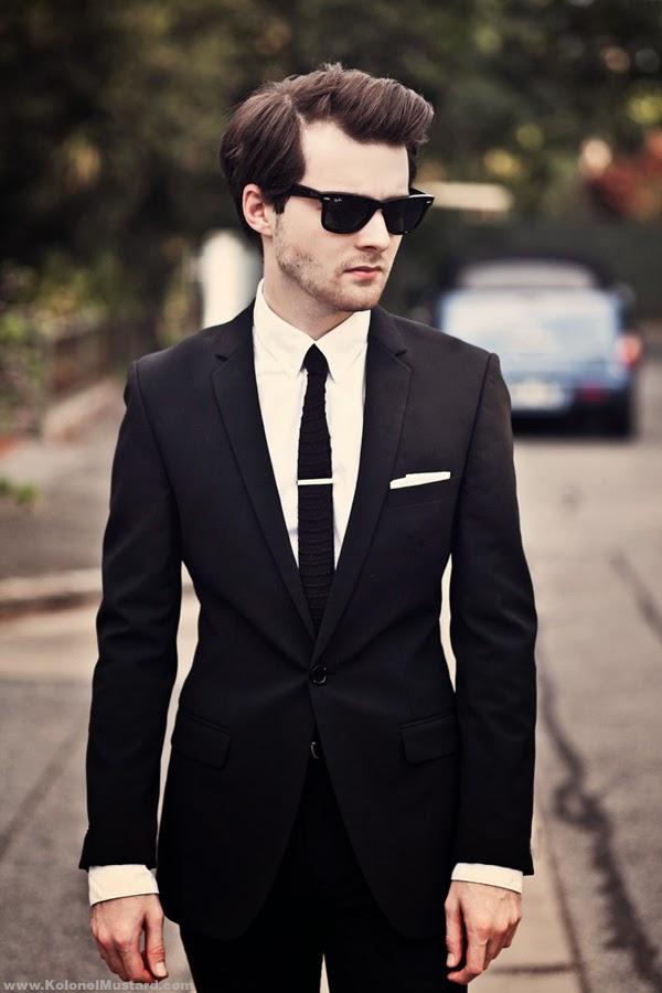 Para estar a la moda y restarle formalidad al outfit, el moño negro se puede reemplazar por una corbata negra más fina de lo habitual, que puede llevarse