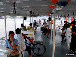 LOS BARCOS PUBLICOS DEL RIO CHAO PHRAYA, BANGKOK. TAILANDIA