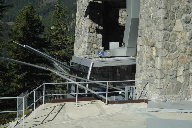 Turyści w wagoniku Kolejki na Myślenickich Turniach
