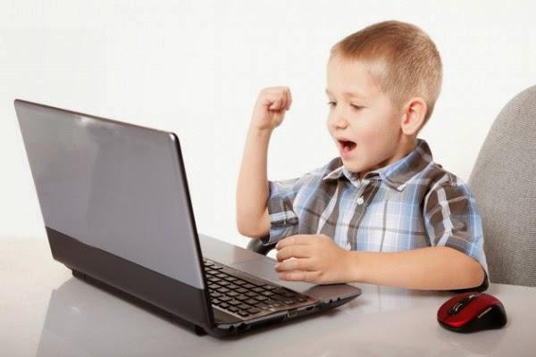 niño jugando online con sus amigos
