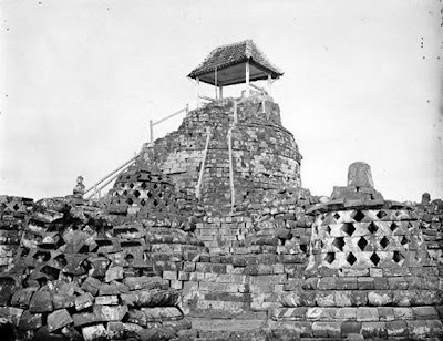 Candi Borobudur pertama kali ditemukan7