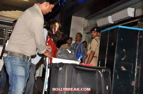 Preity Zinta - Preity Zinta snapped at Mumbai airport - paparazzi Pics
