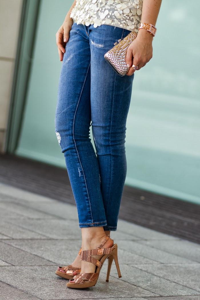 Jeans rotos y sandalias doradas de piton de Joaquim Ferrer