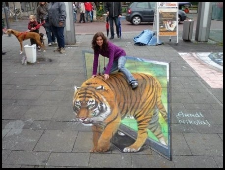 Dibujo de un tigre en la calle.