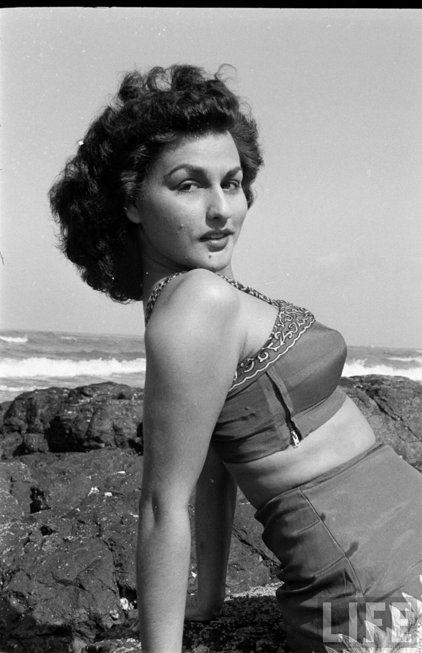 Hindi cinema actress begum para photoshoot near sea for Old indian actress photos