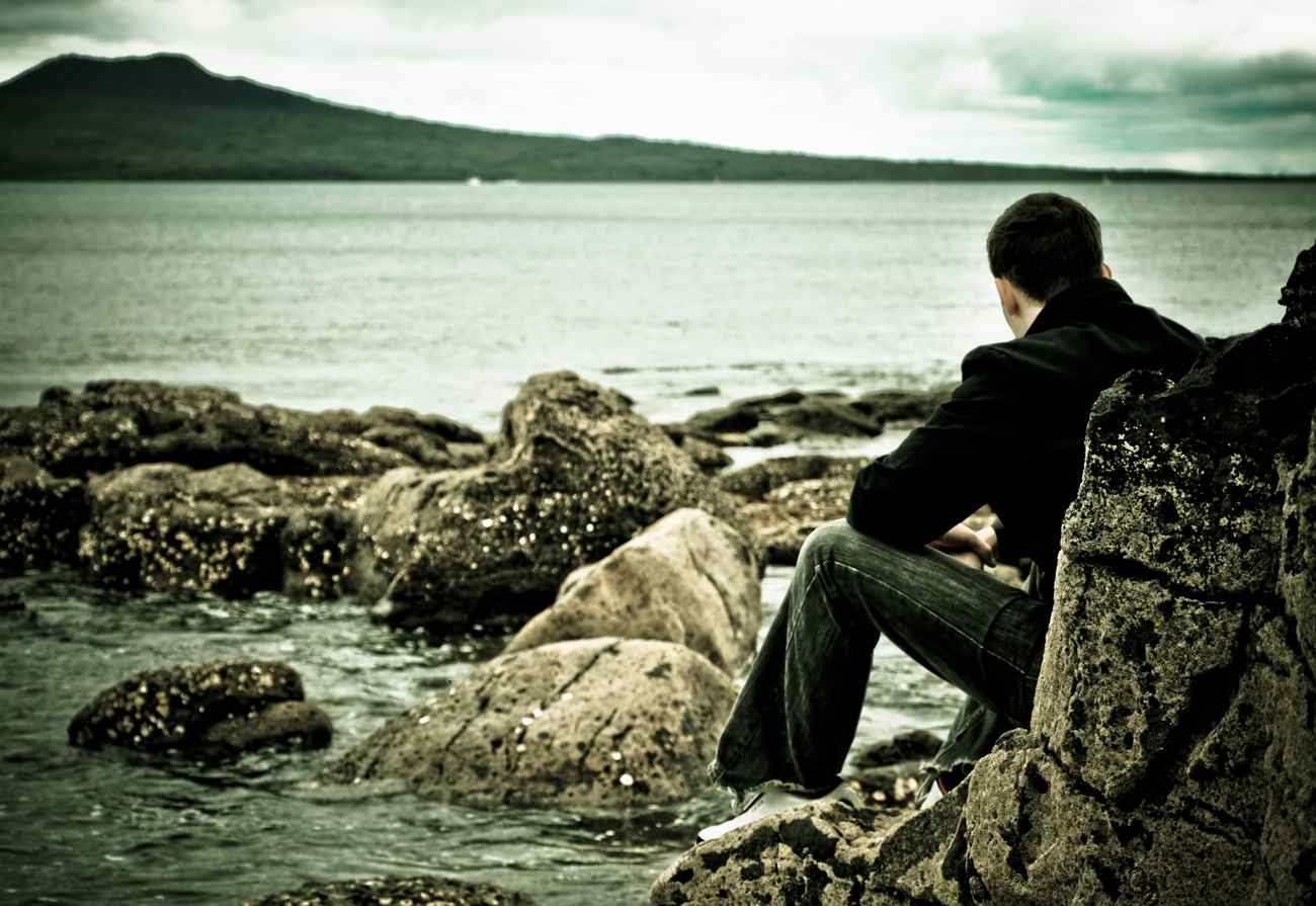 http://3.bp.blogspot.com/-Mb-fjZCMRcg/Tsei2s8SXjI/AAAAAAAAAQs/2zrdZ79Crvg/s1600/lonely-man-looking-at-ocean+%25281%2529.jpg