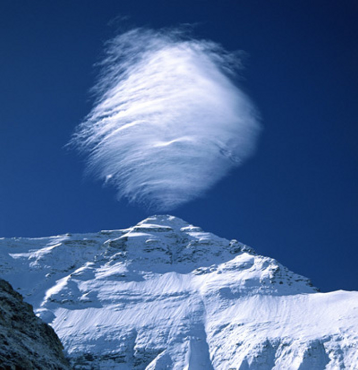El Everest con sus 8848 metros suele frenar las nubes que llegan a sus    Mount Everest From The Bottom