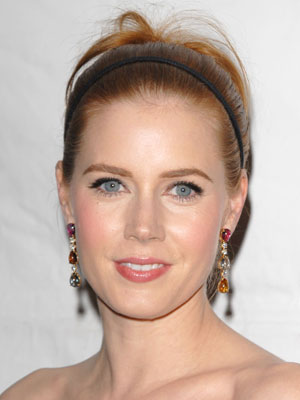 With a thin headband and bouncy bits in back, Amy Adams' perfectly smooth strands look youthful and vibrant.