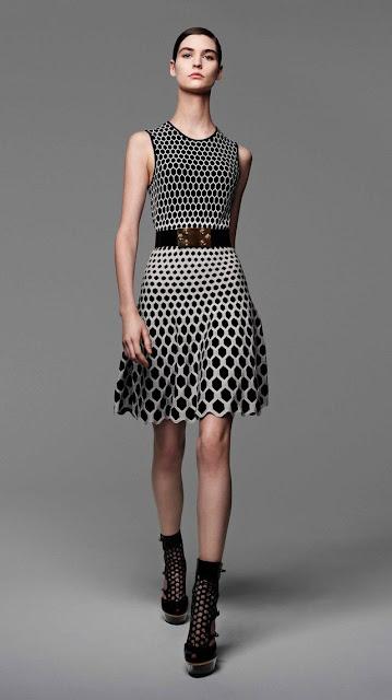 Alexander McQueen, se inspira en la miel y las abejas,  para vestir a una mujer femenina y muy sensual, esta es la propuestas de  primavera verano 2013 5