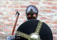 casco vikingo, hacha y escudo