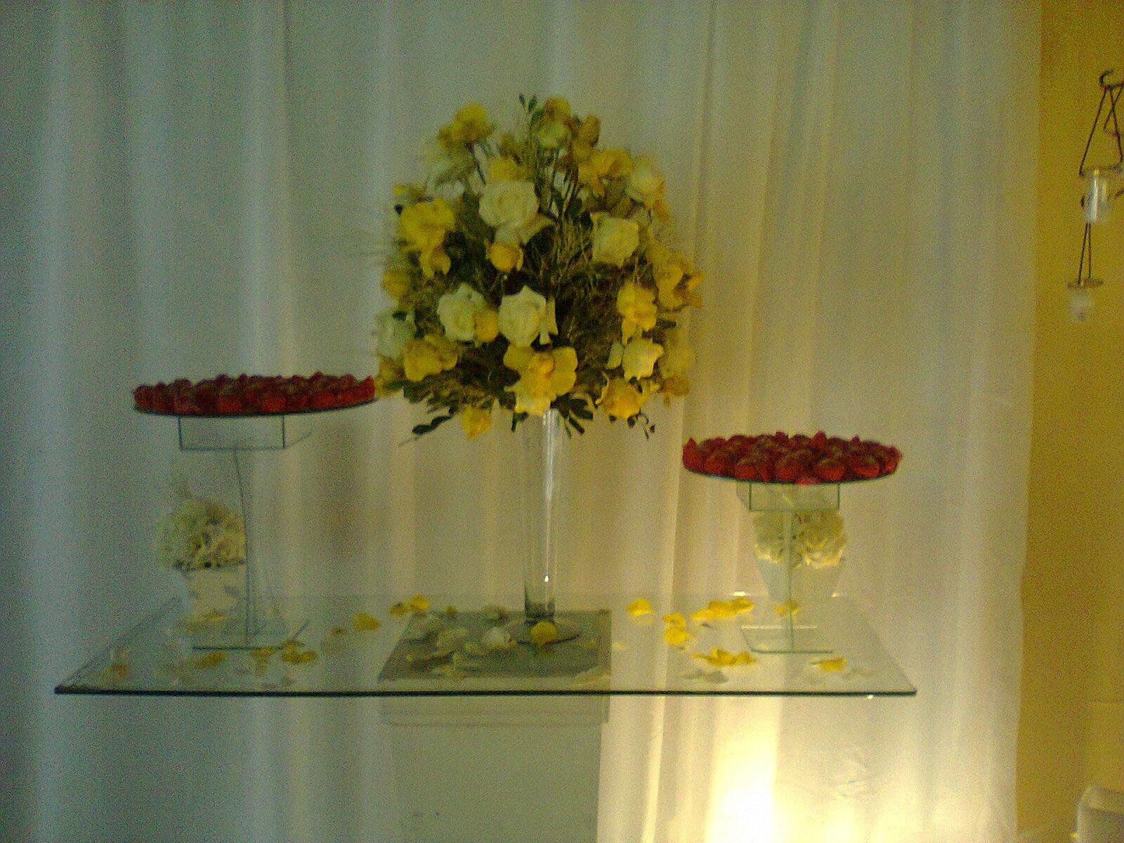 Buffet Shekin?h Eventos: * Decora??o branca e amarela