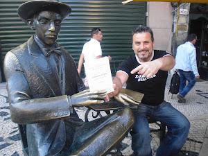 Sentado junto a Fernando Pessoa