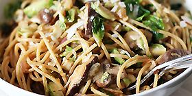 Espaguetis con cebolla y champiñones fritos