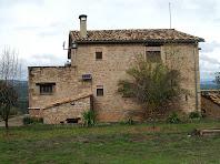La façana sud de la masia del Collet de Dalt