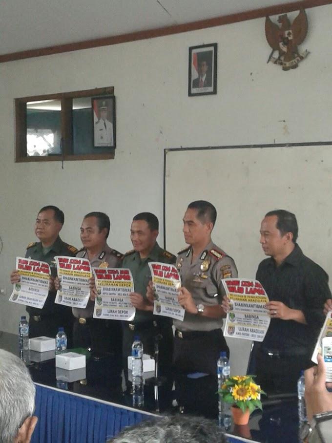 Tiga Pilar Kelurahan Abadi Jaya Bagikan Stiker  1x24 jam Tamu Wajib Lapor