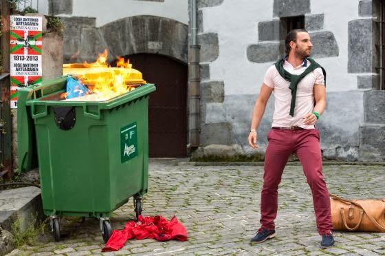 Dani Rovira quemando un contenedor