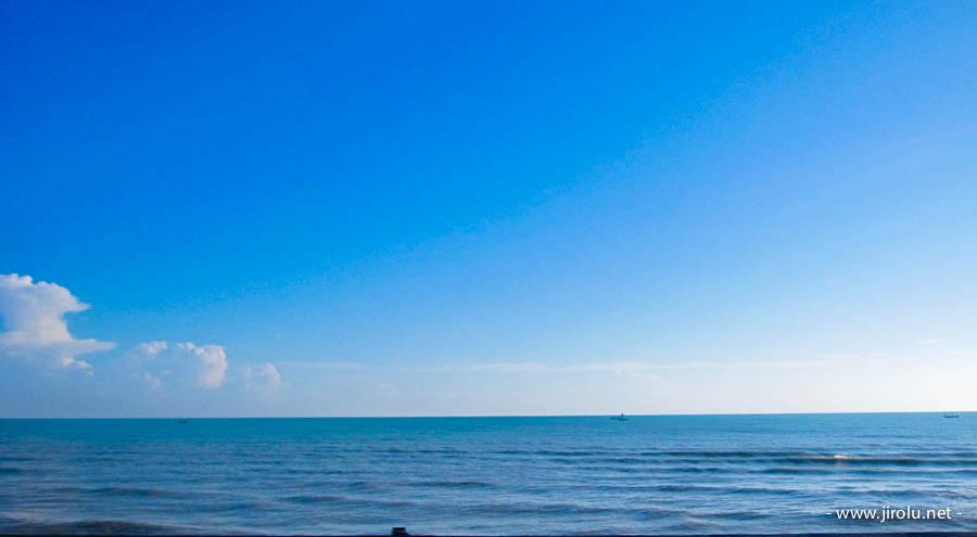 cinta itu seperti laut dan langit