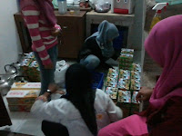 foto stock takjil di masjid Quwwatul Muslimin Sambisari untuk santri TPA