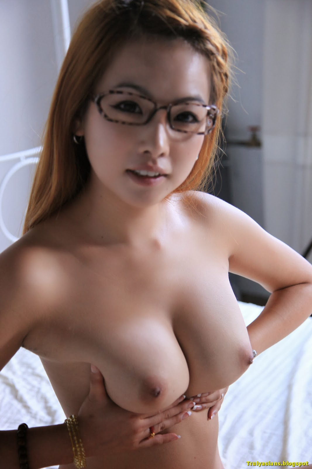 Spread girls nude asian