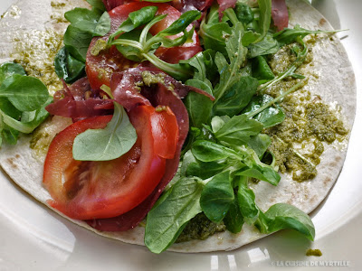 Wraps au pesto, jambon cru, tomates, mozzarella et salade (voir la recette)