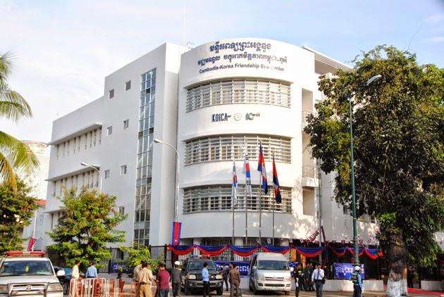 Centre ophtalmologique financé par la Corée  Samdech Akka Moha Sena Padei Techo Hun Sèn, Premier ministre du Royaume du Cambodge, et Chung Ui-Hwa, président de l'Assemblée nationale de la République de Corée, ont présidé ce matin l'inauguration du Centre oculaire d'amitié Cambodge-Corée dans l'enceinte de l'Hôpital Preah Ang Duong, à Phnom Penh.