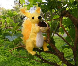 вязаная игрушка желтая белка