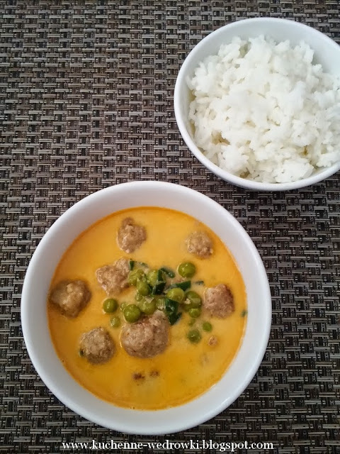 Thai curry with meatballs and peas