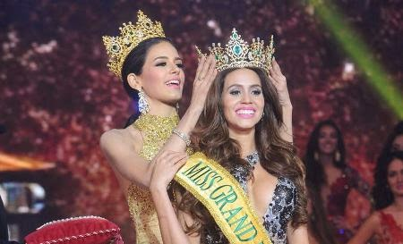 Miss Grand International 2014 Daryanne Lees being crowned by 2013 winner Janelee Chaparro