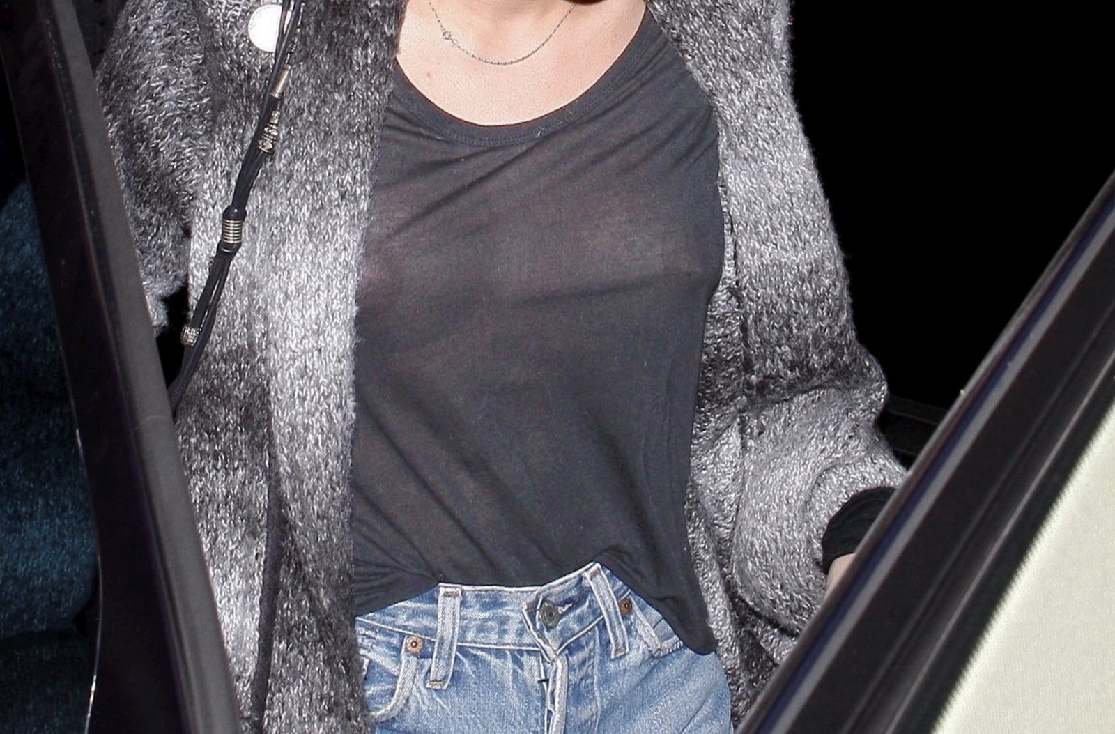 http://3.bp.blogspot.com/-MeoufP7Uilw/Tx1Rwg6rFwI/AAAAAAAADj4/vwQHyoerDkU/s1600/Miley_Cyrus_in_see_through_blouse_show_nice_breast_at_Casa_Vega_restaurant_in_Sherman_Oaks_2.JPG