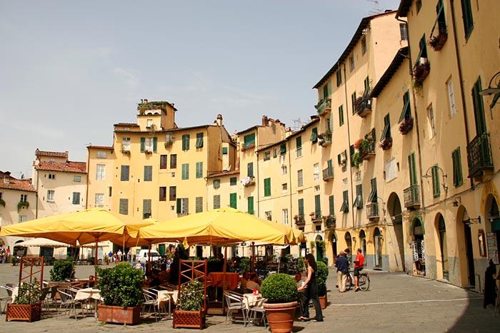 ce que j'ai vu en Italie lors de mon absence ... Lucca-anfiteatro-italy