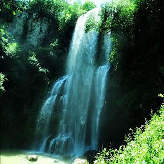 Cascata dos Molin, no Distrito de Ana Rech, Caxias do Sul. Queda d' água em meio à vegetação nativa.