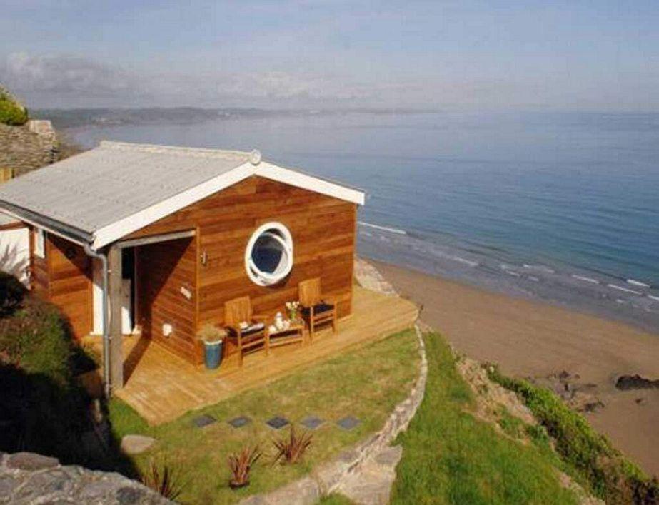 gambar rumah di pinggir pantai unik