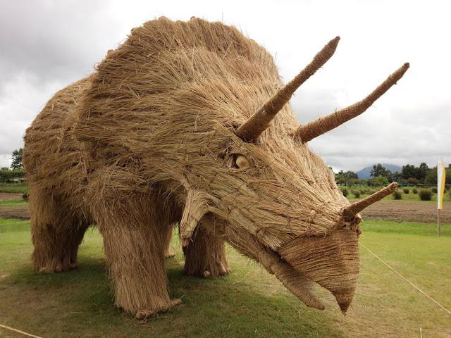 Esculturas dinossauros gigantes feito de palha de arroz reciclada invadem um parque no Japão