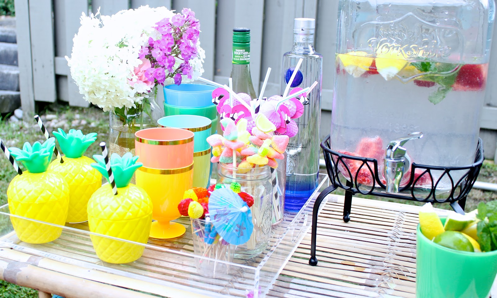 How to throw a tropical pool party pastels and pastries for Pool party dekoration