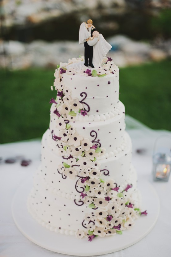 6 Purple roses and black ribbon wedding cake