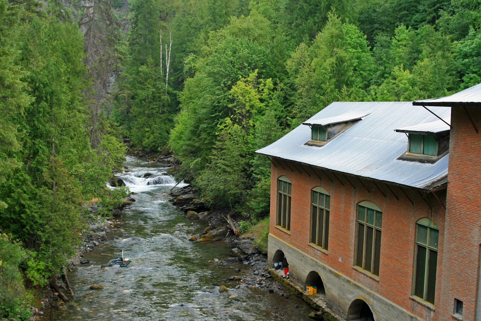 Goans On August - Amazing house built across a river