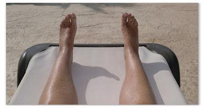 pies en hamaca blanca