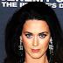 H Katy Perry πέφτει στα γόνατα (photos)