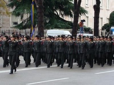 La parata militare e le donne albanesi