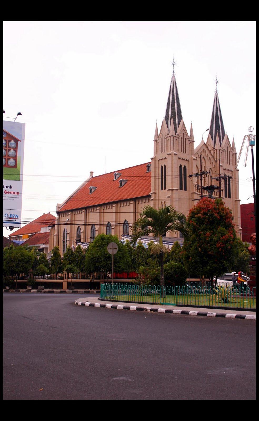 sudut yang berbeda , dari sebelah kiri bangunan gereja tersebut