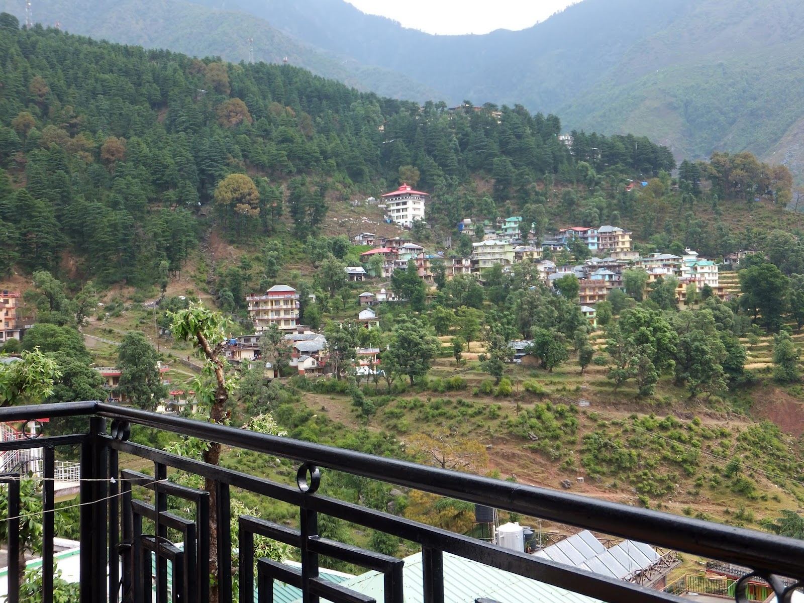 Фото с балкона в гостинице Дармсалы