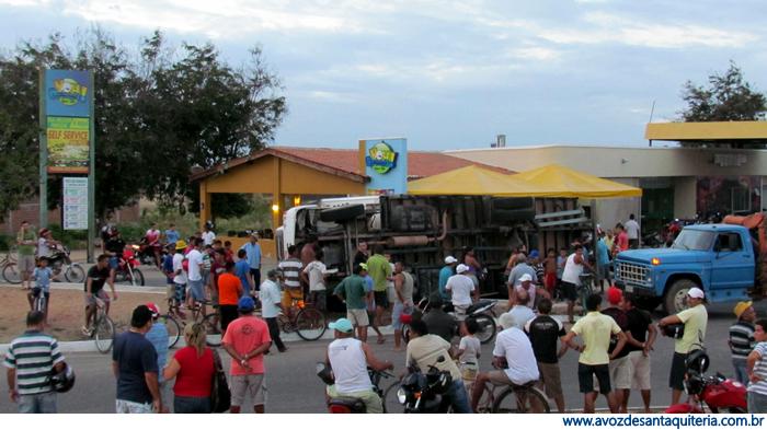 Caminhão capota na CE 366 em Santa Quitéria.