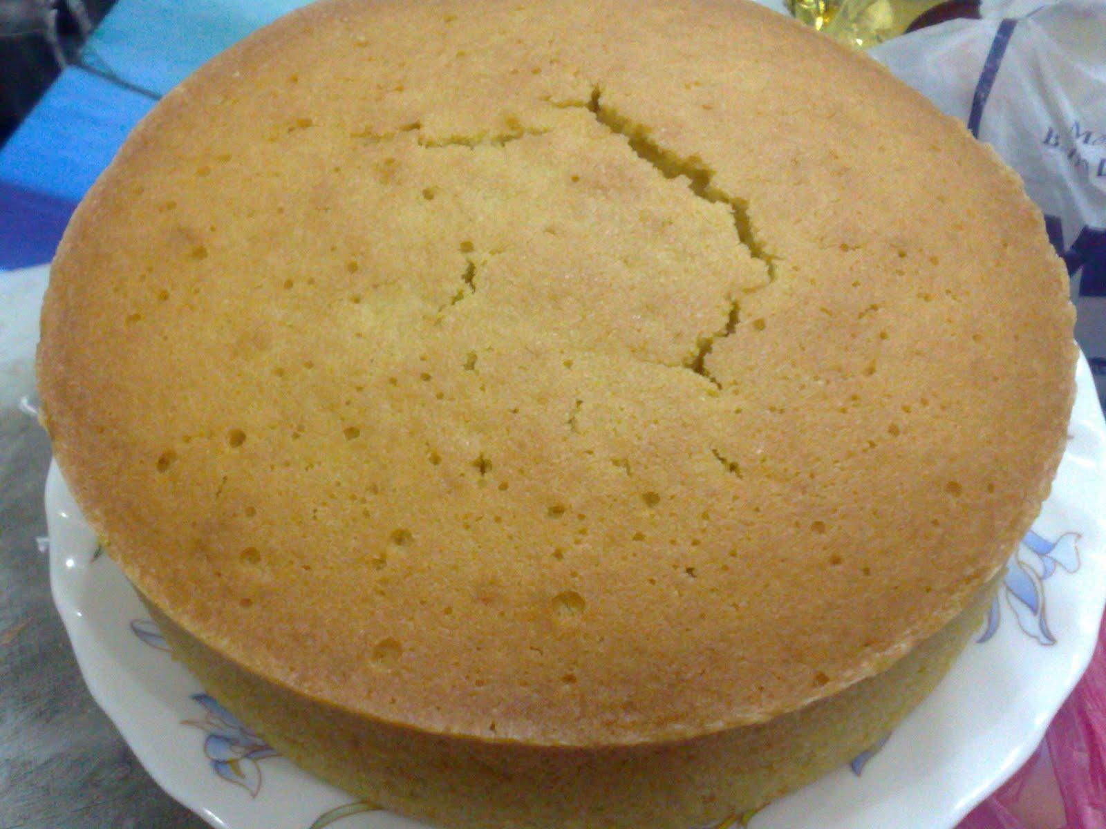 Kek yang xsempat dipotongPanas dari oven nim
