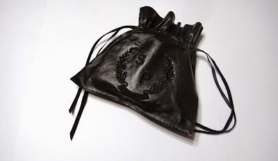 Кожаный мешочек с монограммой для хранения ремня - подарок молодому человеку