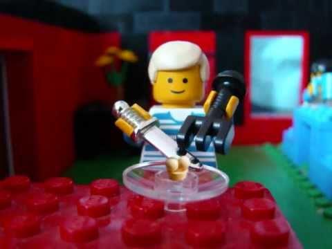 Lego- Cliente comienza a comer un plato en el restaurante