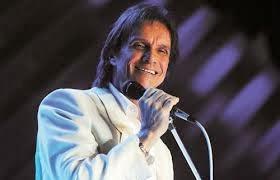 Roberto Carlos canta tema de Helena e Laerte