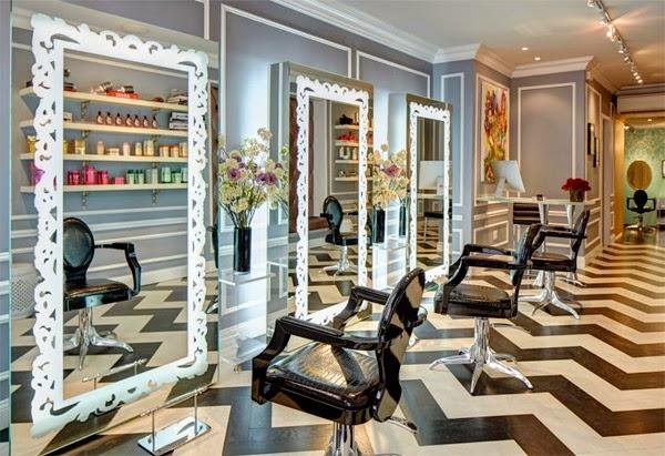 Una peluquer\u00eda en blanco, negro y turquesa en Nueva York