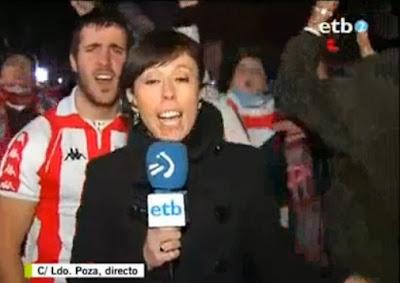 Adepto simula sexo atrás de reporter em directo